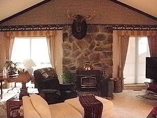 HUGE LIVING ROOM W/ FIREPLACE FOR WINTER FUN, GAMES
