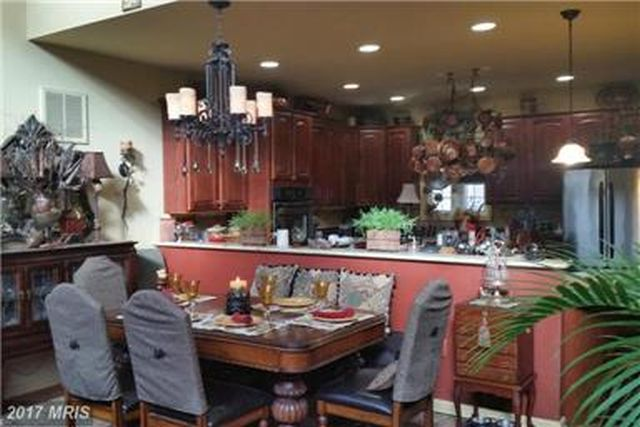CENTRAL DINING AREA ATTACHED TO A GOURMET KITCHEN